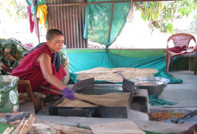 Nonnen Tibet.de Unterstützung der Bevölkerung durch Verteilung von Lebensmitteln