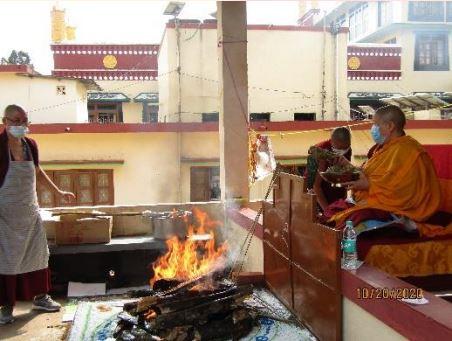 Tibet.de Nonnen Feuerpuja